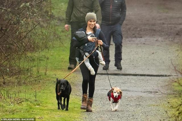 Vợ Hoàng tử Harry tay xách nách mang khi đưa con đi dạo - 3