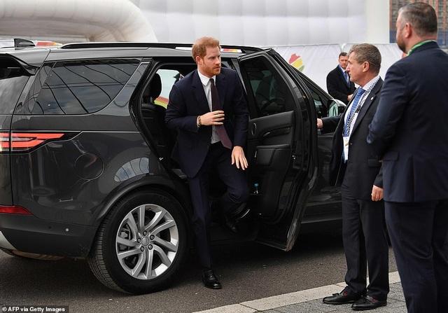 Vợ Hoàng tử Harry tay xách nách mang khi đưa con đi dạo - 6