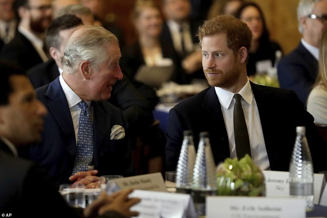 Vợ Hoàng tử Harry tay xách nách mang khi đưa con đi dạo - 9