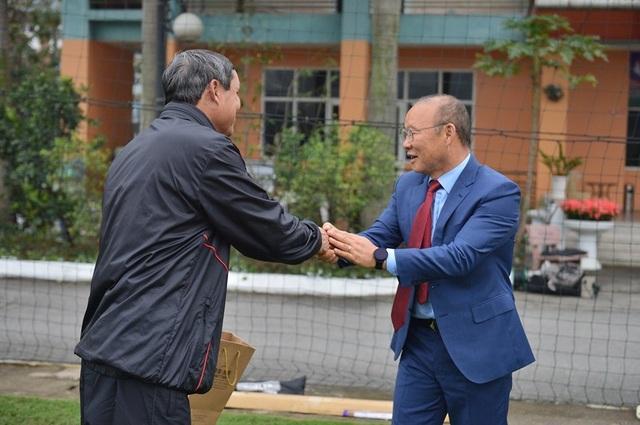 HLV Park Hang Seo chúc Tết, tặng quà đồng nghiệp Mai Đức Chung - 2
