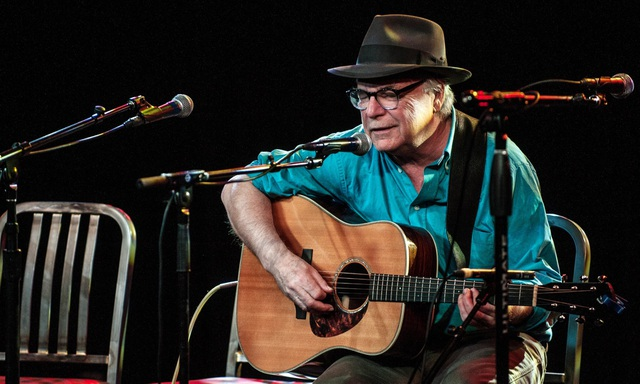Nam ca sĩ 71 tuổi xin lỗi khán giả khi đang biểu diễn rồi... qua đời - 1