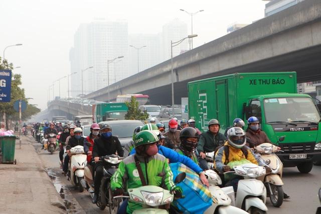 Người dân tay xách nách mang về quê ăn Tết, cửa ngõ Thủ đô Hà Nội tê liệt - 11