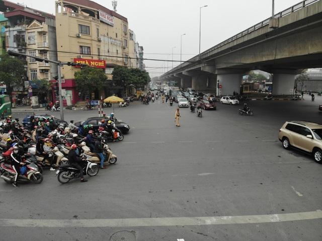 Người dân tay xách nách mang về quê ăn Tết, cửa ngõ Thủ đô Hà Nội tê liệt - 14