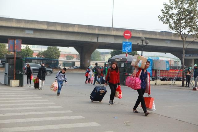 Người dân tay xách nách mang về quê ăn Tết, cửa ngõ Thủ đô Hà Nội tê liệt - 1