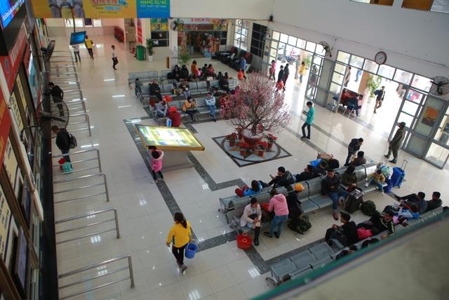 Người dân tay xách nách mang về quê ăn Tết, cửa ngõ Thủ đô Hà Nội tê liệt - 3