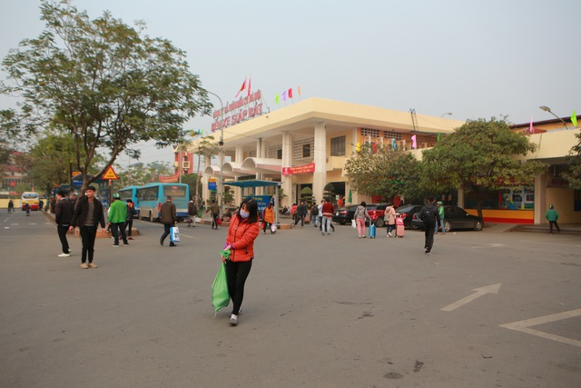 Người dân tay xách nách mang về quê ăn Tết, cửa ngõ Thủ đô Hà Nội tê liệt - 8