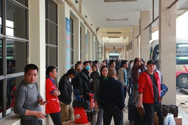 Người dân tay xách nách mang về quê ăn Tết, cửa ngõ Thủ đô Hà Nội tê liệt - 2