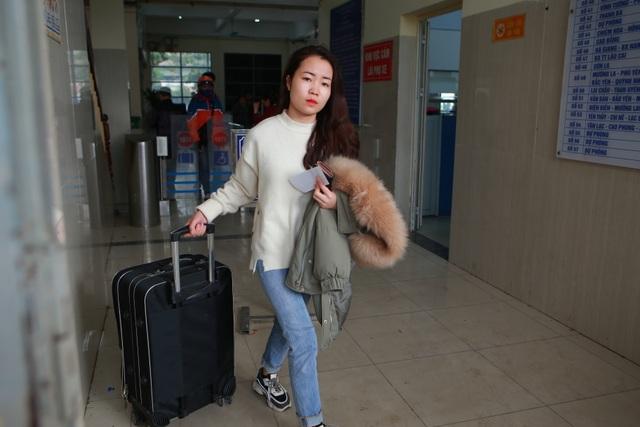 Người dân tay xách nách mang về quê ăn Tết, cửa ngõ Thủ đô Hà Nội tê liệt - 5
