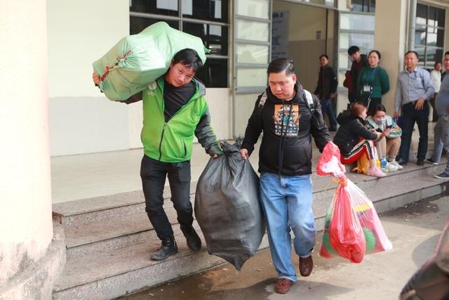 Người dân tay xách nách mang về quê ăn Tết, cửa ngõ Thủ đô Hà Nội tê liệt - 6
