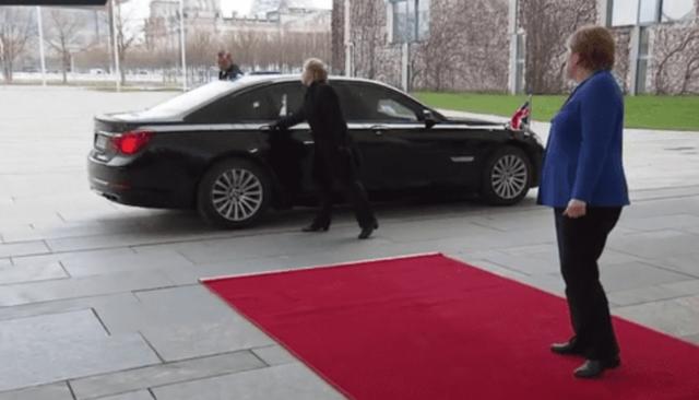 """Video Thủ tướng Anh bị """"mắc kẹt"""" trong xe trước mặt Thủ tướng Đức - 1"""