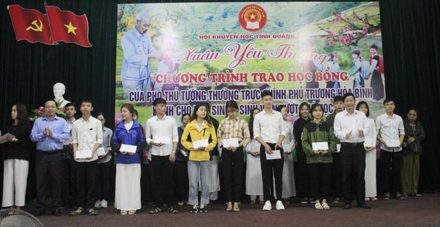 Trao 150 suất học bổng Phó Thủ tướng tặng học sinh, sinh viên nghèo nhân dịp Tết - 2