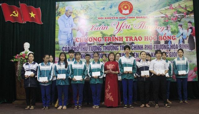 Trao 150 suất học bổng Phó Thủ tướng tặng học sinh, sinh viên nghèo nhân dịp Tết - 3