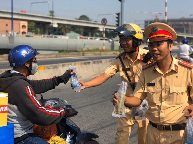 """CSGT """"chốt chặn"""" cửa ngõ Sài Gòn phát nước suối cho người dân về quê - 2"""