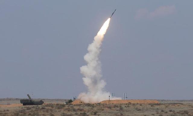 Video phòng không Nga bắn rụng máy bay không người lái tấn công căn cứ ở Syria - 1