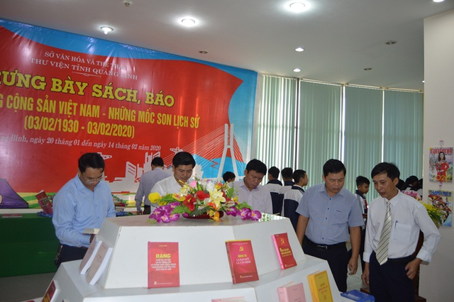 """Trưng bày sách, báo với chủ đề """"90 năm Đảng Cộng sản Việt Nam- Những dấu mốc lịch sử"""" - 1"""