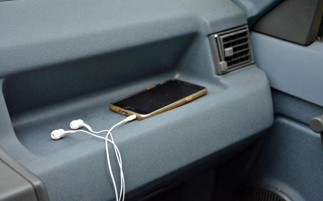 Những thói quen nguy hiểm khi lái hoặc ngồi trên xe ô tô - 1