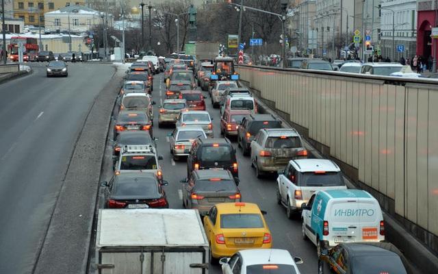 Những thói quen nguy hiểm khi lái hoặc ngồi trên xe ô tô - 18
