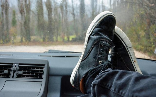 Những thói quen nguy hiểm khi lái hoặc ngồi trên xe ô tô - 19