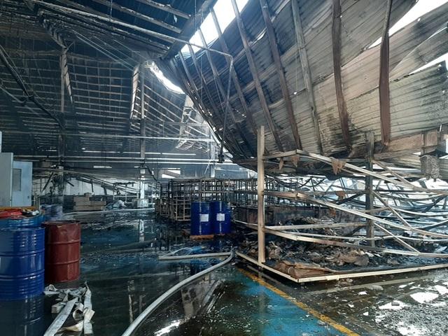 Hơn 2.000m2 nhà xưởng cháy rụi, đổ sập sáng 28 Tết - 2