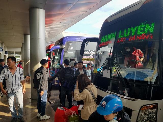 Người dân tay xách nách mang rời Đà Nẵng về quê ăn Tết - 1