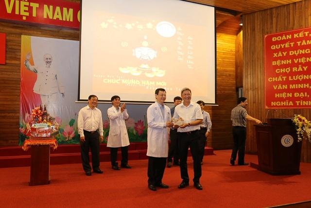 Bộ Y tế kiểm tra công tác trực, chúc tết Bệnh viện Chợ Rẫy - 2