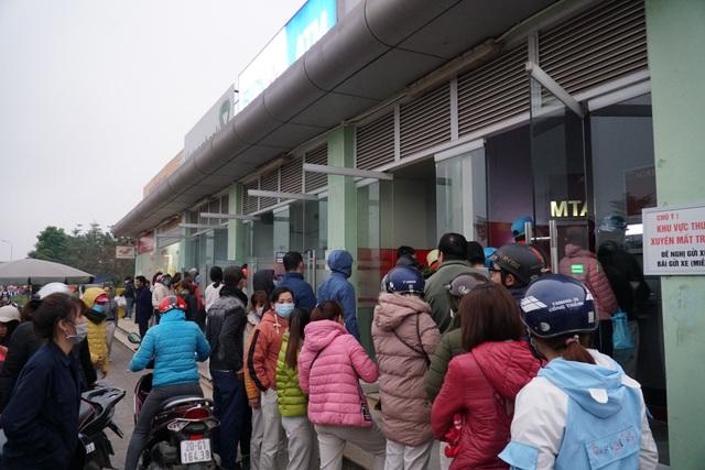 Chen chúc đến nghẹt thở chờ rút tiền tại cây ATM - 2