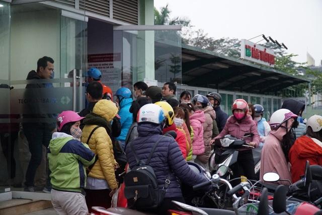 Chen chúc đến nghẹt thở chờ rút tiền tại cây ATM - 3