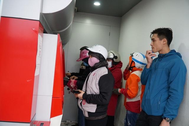 Chen chúc đến nghẹt thở chờ rút tiền tại cây ATM - 7