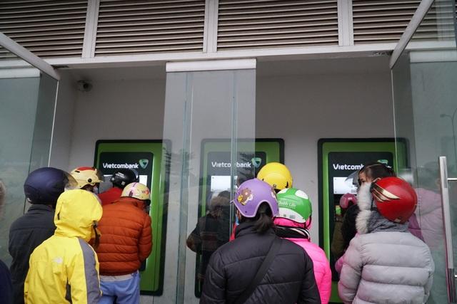 Chen chúc đến nghẹt thở chờ rút tiền tại cây ATM - 10
