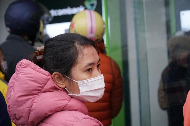 Chen chúc đến nghẹt thở chờ rút tiền tại cây ATM - 9
