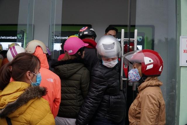 Chen chúc đến nghẹt thở chờ rút tiền tại cây ATM - 8
