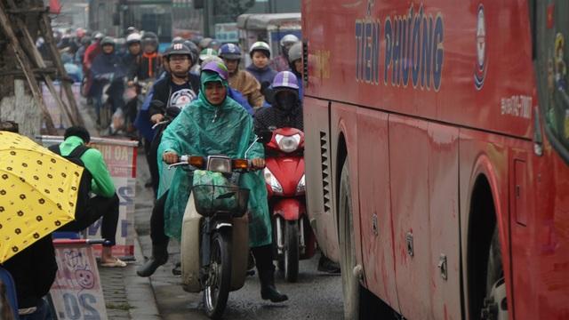 Người dân đổ về quê, cửa ngõ phía Nam Hà Nội ùn tắc sáng 28 Tết - 2