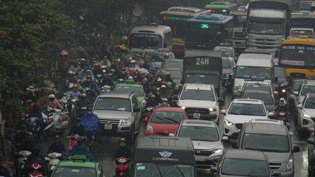 Người dân đổ về quê, cửa ngõ phía Nam Hà Nội ùn tắc sáng 28 Tết - 9