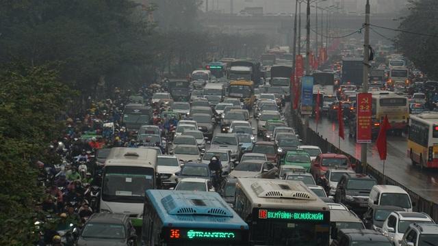 Người dân đổ về quê, cửa ngõ phía Nam Hà Nội ùn tắc sáng 28 Tết - 8