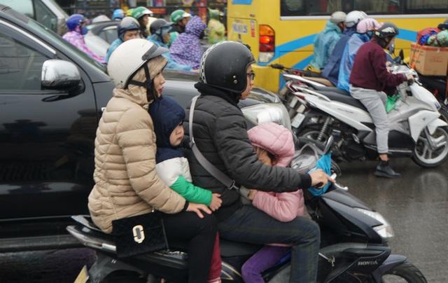 Người dân đổ về quê, cửa ngõ phía Nam Hà Nội ùn tắc sáng 28 Tết - 4