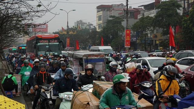 Người dân đổ về quê, cửa ngõ phía Nam Hà Nội ùn tắc sáng 28 Tết - 1