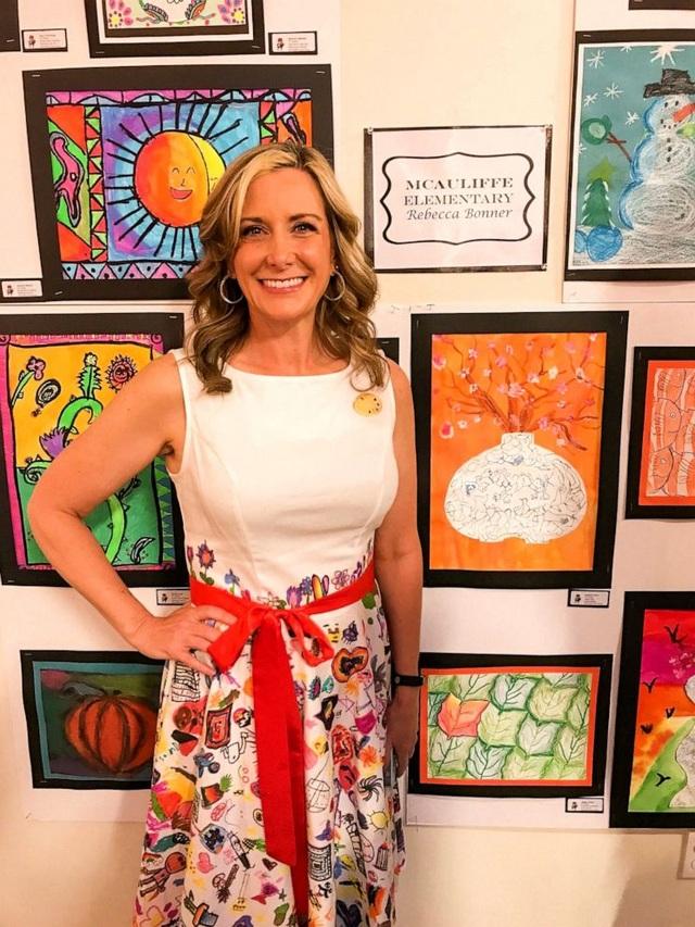 Mỹ: Giáo viên diện chiếc váy có họa tiết do học sinh tiểu học vẽ gây sốt - 1