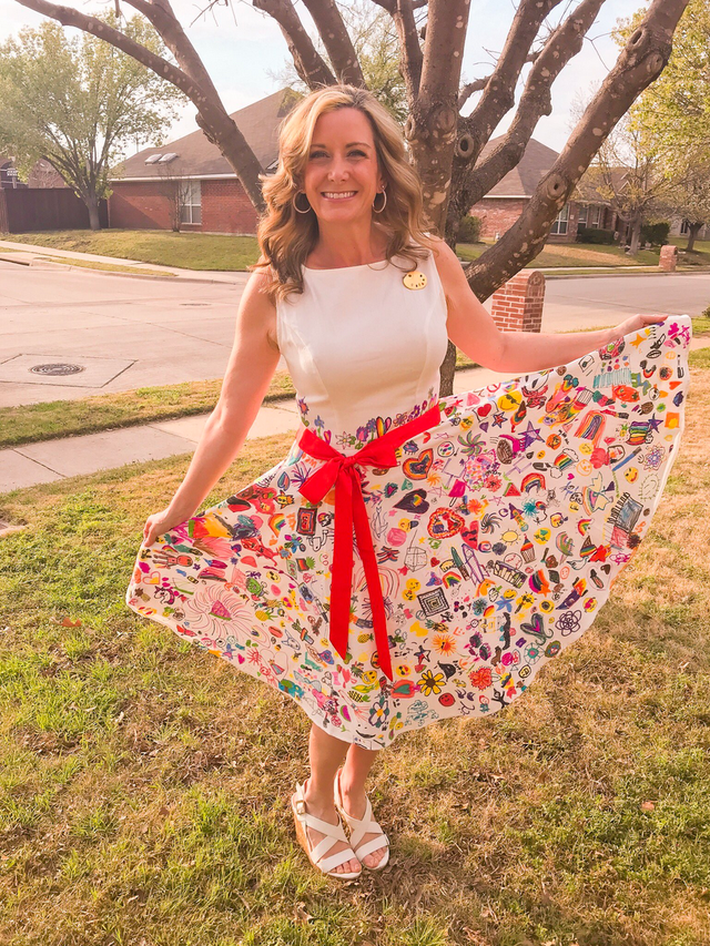 Mỹ: Giáo viên diện chiếc váy có họa tiết do học sinh tiểu học vẽ gây sốt - 2
