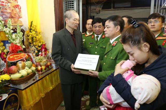 Trao gần 4 tỷ đồng tới thân nhân 3 liệt sĩ hy sinh tại Đồng Tâm - 1
