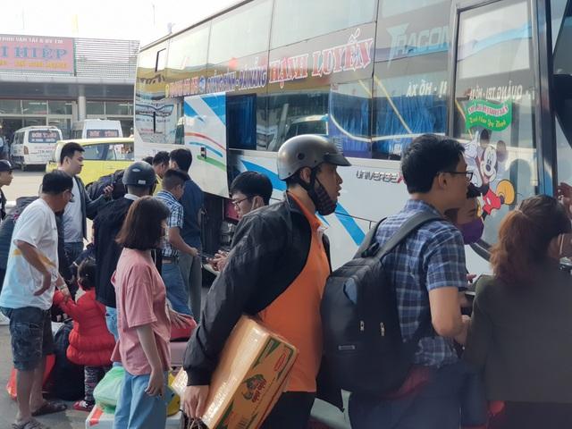 Người dân tay xách nách mang rời Đà Nẵng về quê ăn Tết - 4