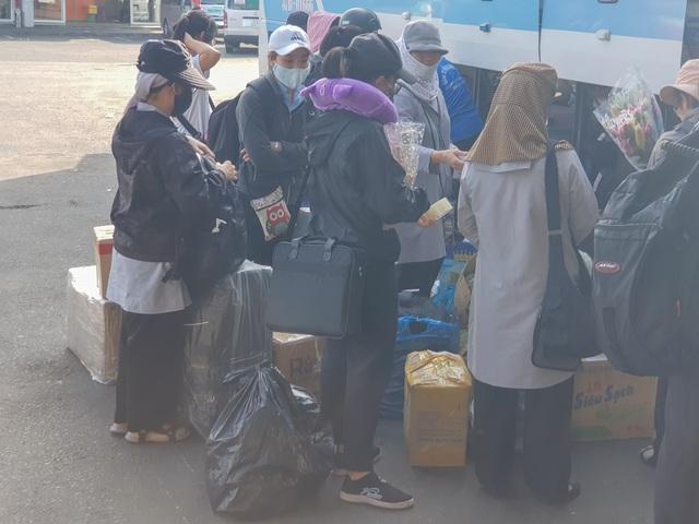 Người dân tay xách nách mang rời Đà Nẵng về quê ăn Tết - 3