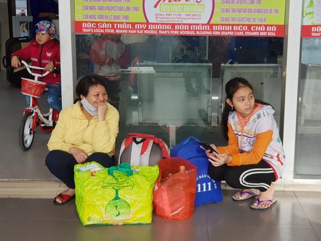 Người dân tay xách nách mang rời Đà Nẵng về quê ăn Tết - 6
