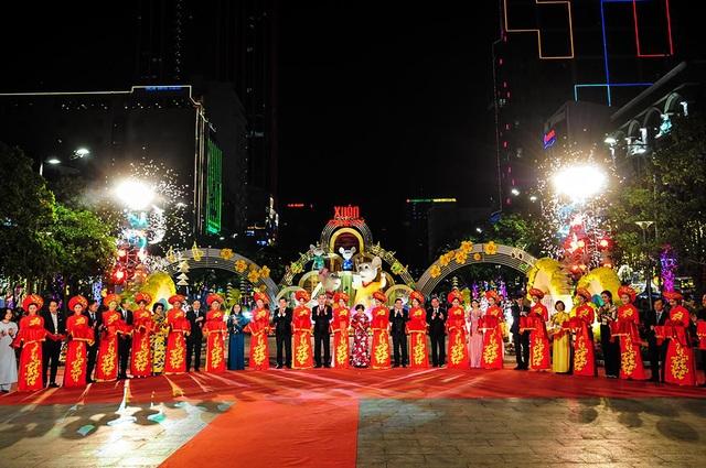 Háo hức chờ mở cửa đường hoa Nguyễn Huệ, khách nước ngoài chuẩn bị áo dài, nón lá trước cả tuần - 1
