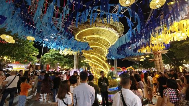 Háo hức chờ mở cửa đường hoa Nguyễn Huệ, khách nước ngoài chuẩn bị áo dài, nón lá trước cả tuần - 12