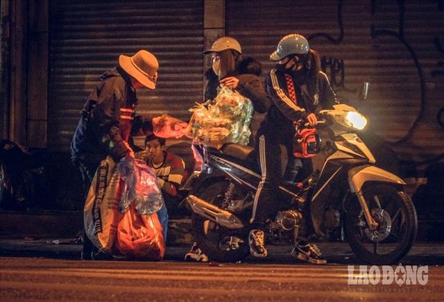 Hà Nội giá rét, người vô gia cư dùng áo mưa thay chăn để chống lạnh - 11