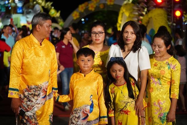Háo hức chờ mở cửa đường hoa Nguyễn Huệ, khách nước ngoài chuẩn bị áo dài, nón lá trước cả tuần - 14