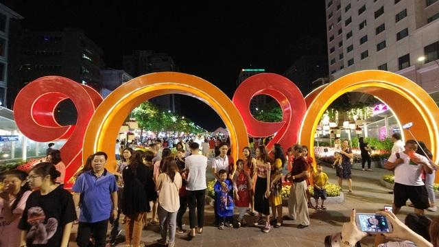 Háo hức chờ mở cửa đường hoa Nguyễn Huệ, khách nước ngoài chuẩn bị áo dài, nón lá trước cả tuần - 15