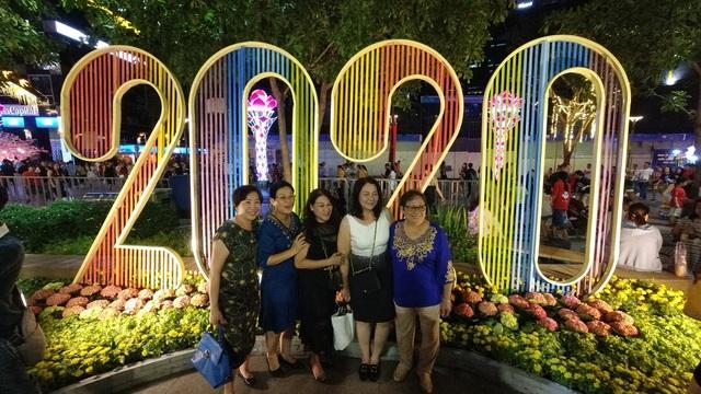 Háo hức chờ mở cửa đường hoa Nguyễn Huệ, khách nước ngoài chuẩn bị áo dài, nón lá trước cả tuần - 16