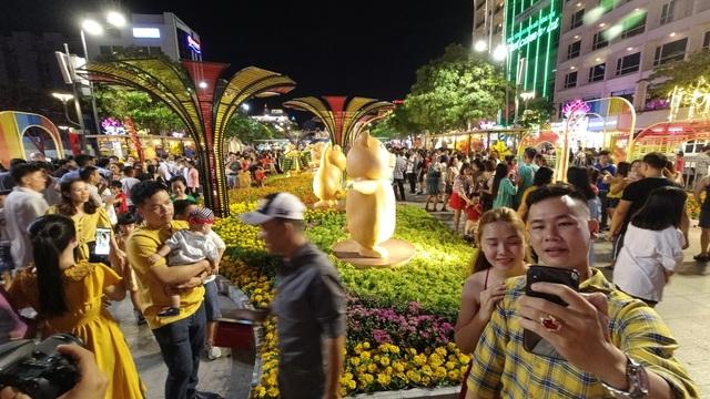 Háo hức chờ mở cửa đường hoa Nguyễn Huệ, khách nước ngoài chuẩn bị áo dài, nón lá trước cả tuần - 17