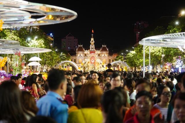 Háo hức chờ mở cửa đường hoa Nguyễn Huệ, khách nước ngoài chuẩn bị áo dài, nón lá trước cả tuần - 2